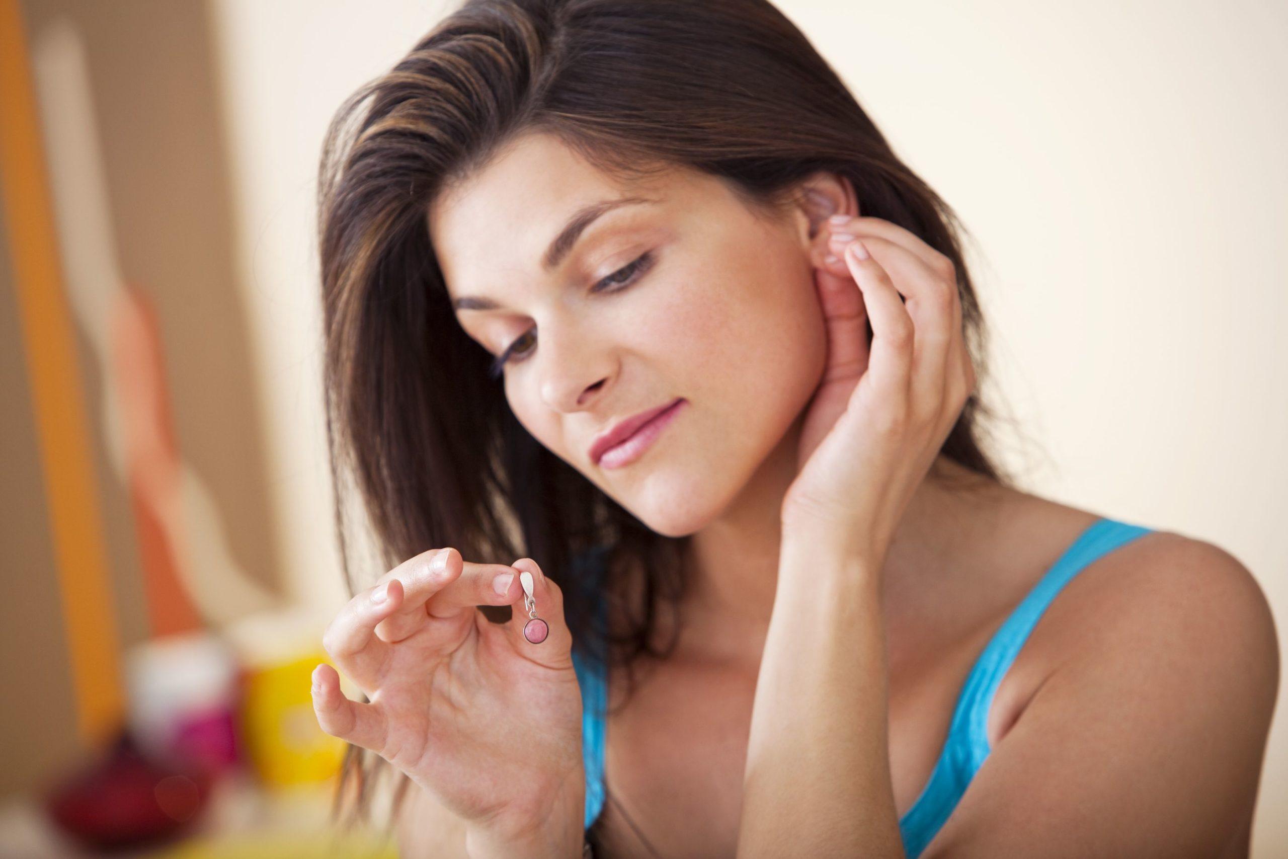 Inflamación por aretes en dermatología